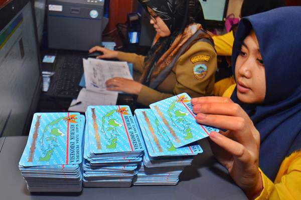 Ilustrasi-Petugas Dinas Kependudukan dan Catatan Sipil (Disdukcapil) mencetak KTP-el di Kantor Disdukcapil Kota Tasikmalaya, Jawa Barat, Selasa (24/10). - ANTARA/Adeng Bustomi