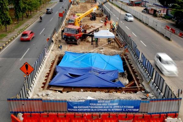 Pekerja beraktivitas di lokasi proyek jalan tol layang di jalan Andi Pangeran Pettarani, Makassar, Sulawesi Selatan, Kamis (15/11 - 2018)
