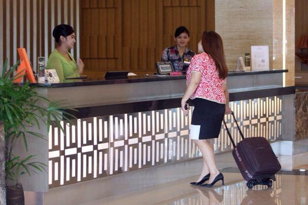 Resepsionis hotel sedang melayani calon konsumen. - Ilustrasi/Bisnis/Amri Nur Rahmat
