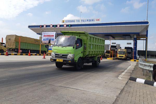 Truk melintas di gerbang tol Palembang-Indrajaya (Palindra), Sumatra Selatan, Kamis (20/9). Tol sepanjang 22 kilometer itu mulai memberlakukan tarif seiring selesainya penilaian laik operasi dari Badan Pengatur Jalan Tol. - Bisnis/Dinda Wulandari