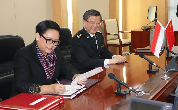 Menteri Luar Negeri Retno LP Marsudi (kiri) bersama Menteri Bea Cukai China Ni Yue Feng menandatangani protokol impor manggis dari Indonesia, di Beijing, Kamis (25/4/2019). - ANTARA/M. Irfan Ilmie