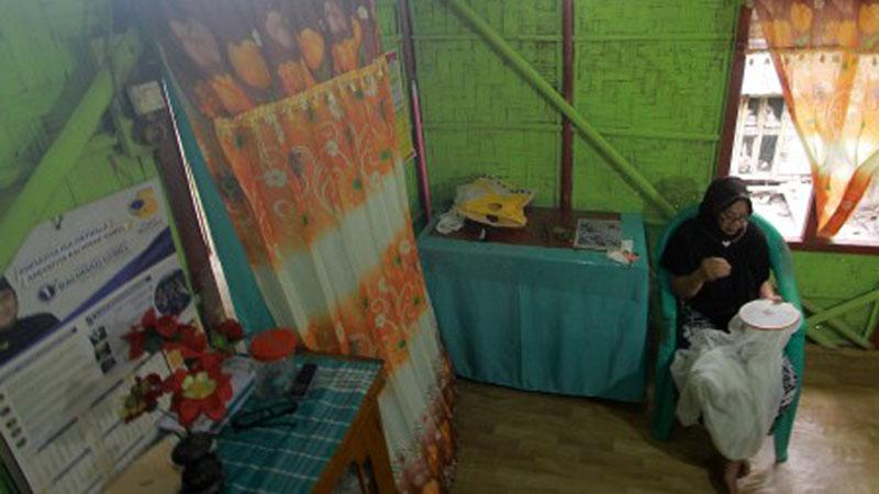 Seorang pengrajin menyulam kain Karawo di Desa Mongolato, Kabupaten Gorontalo, Gorontalo, Rabu (24/7/2019). - Antara/Adiwinata Solihin