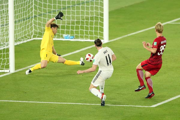 Sontekan Garet Bale pada menit 44 membobol gawang Kashima Antlers yang dikawal Kwoun Suntae, dalam semifinal Club World Cup, Kamis 19 Desember 2018. - Reuters/ Ahmed Jadallah