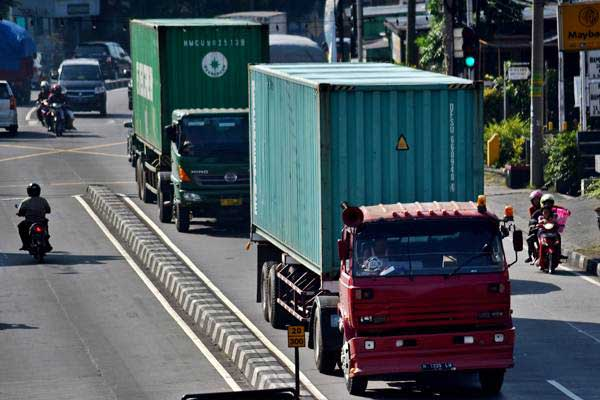 Truk melintasi Jalan Diponegoro di Ungaran, Kabupaten Semarang, Jawa Tengah, Sabtu (17/6). - Antara/Aditya Pradana Putra