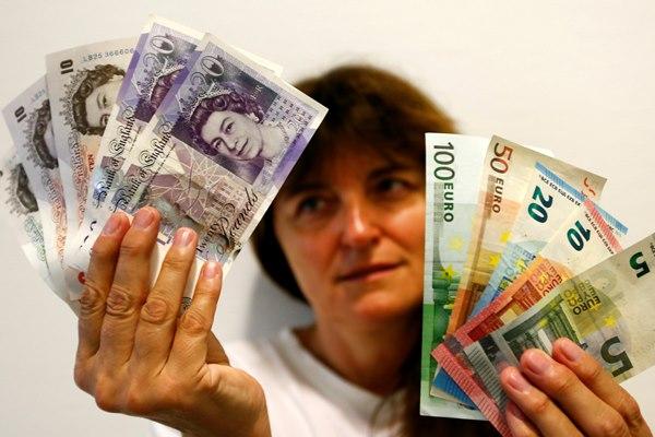 Ilustrasi-Mata uang Poundsterling dan Euro - Reuters