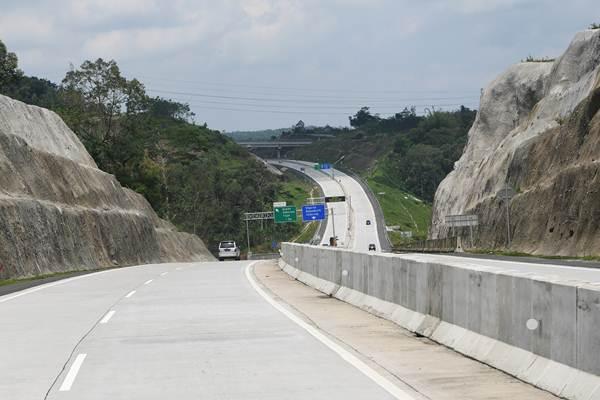 Sejumlah kendaraan melintasi di jalan Tol Solo Semarang saat penyusuran pra uji laik fungsi dan keselamatan Trans Jawa, Semarang, Jawa Tengah, Jumat (7/12/2018). - ANTARA/Zabur Karuru