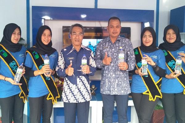 Wakil Bupati Bantul Abdul Halim Muslih (Ketiga dari kiri) dan Direktur Utama PDAM Tirta Dharma, Arinto Hendro Budiantoro (ketiga dari kanan) menunjukan air munum kemasan hasil produksi PDAM Tirta Dharma Bantul, dalam acara Bantul Ekspo. - Harian Jogja/Ujang Hasanudin.