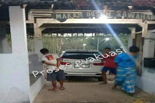 Mobil yang tiba-tiba berada di dalam areal kuburan Dusun Sawahan, Desa Dagangan, Kecamatan Dagangan, Kabupaten Madiun, Senin (29/7/2019). - Istimewa/Facebook Paguma