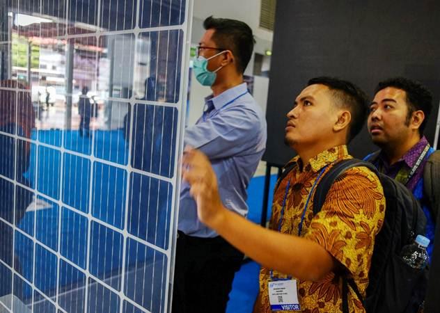 Aktivitas pengunjung pada pameran Internasional Panel Surya & Smart City (Solartech Indonesia 2019) di JIExpo Kemayoran, Jakarta, Kamis (4/4/2019). - Bisnis/Felix Jody Kinarwan