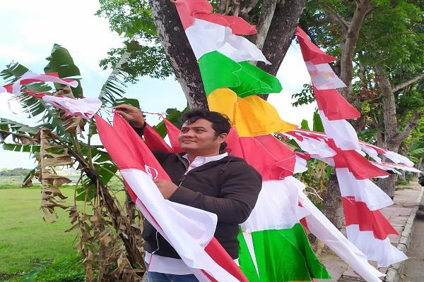 Penjual bendera asal Bandung, Asep di Jalan Urip Sumoharjo, Bantul pada Senin (29/7/2019). Harian Jogja - Kiki Luqmanul Hakim (ST16)