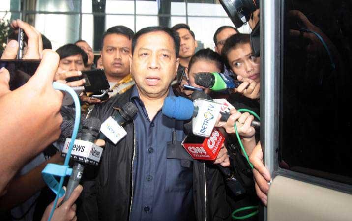 Terpidana kasus korupsi proyek KTP elektronik, Setya Novanto (tengah) menjawab pertanyaan wartawan usai menjalani pemeriksaan di gedung KPK, Jakarta, Selasa (14/5/2019). - ANTARA/Reno Esnir