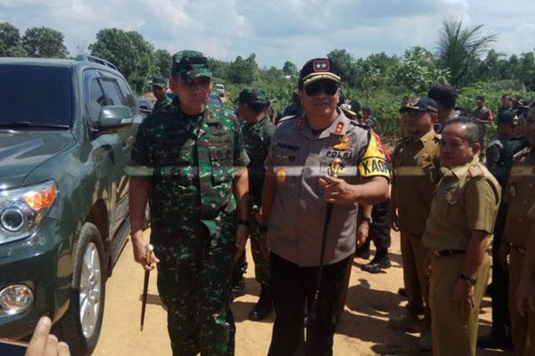 Pangdam II/Sriwijaya Mayjen Irwan (kiri) dan Kapolda Lampung Irjen Purwadi Arianto mengunjungi lokasi bentrokan di Register 45 Mesuji, Lampung, pada Selasa (23/7/2019). - Antara/Raharja