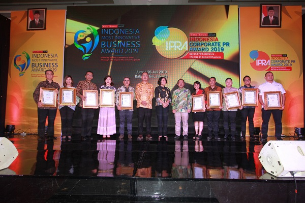 Biznet yang Diwakili oleh Senior Manager Marketing Biznet, Bapak Adrianto Sulistyo Menerima Penghargaan Indonesia Most Innovative Business Award 2019.