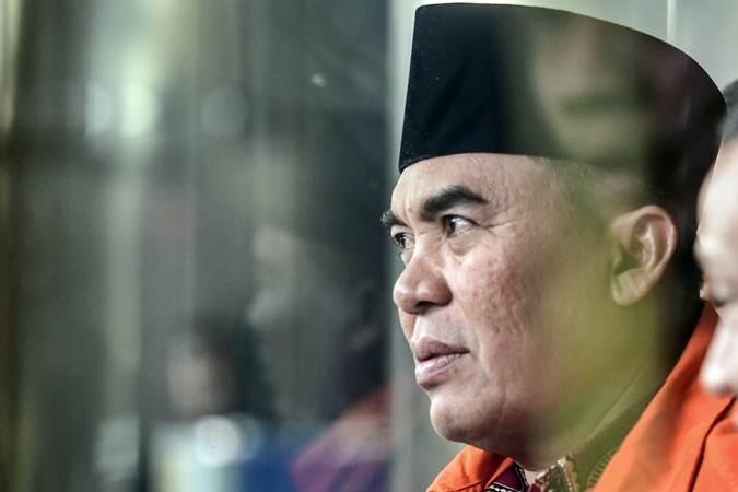 Bupati Jepara Ahmad Marzuqi berjalan menuju mobil tahanan seusai diperiksa di gedung KPK, Jakarta, Senin (13/5/2019). - ANTARA/Hafidz Mubarak A