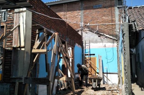 Program pemugaran rumah tidak layak huni di Mataram, Nusa Tenggara Barat, harus menggunakan konstruksi tahan gempa. - Antara