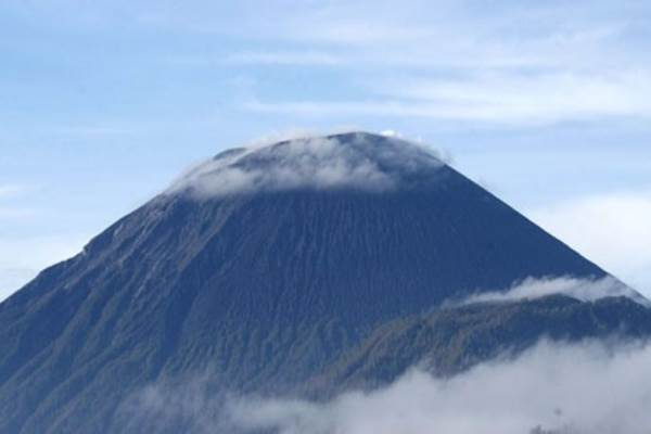 Puncak Gunung Semeru terlihat dari Desa Ranu Pane, Senduro, Lumajang, Jawa Timur. - Antara/Seno S