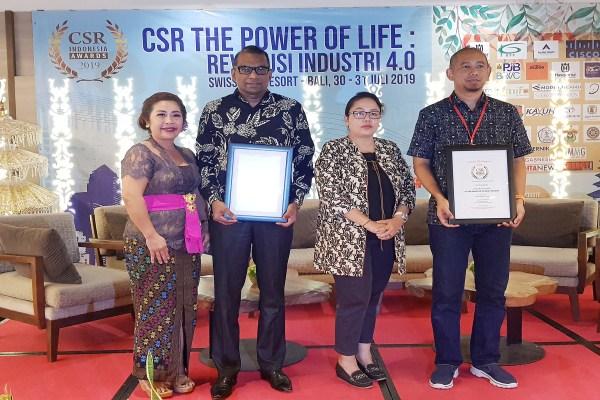 HC & Legal Senior Managing Director PT Modernland Realty Tbk. Dharma Mitra (kedua kiri) seusai menerima penghargaan Corporate Social Responsibility Award 2019 atas pencapaian dalam kategori Karsa Budaya Prima. - Bisnis