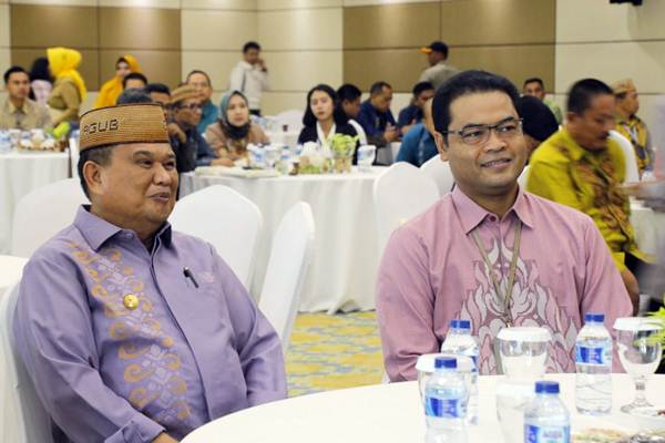 Kepala Perwakilan Bank Indonesia Provinsi Gorontalo Ricky Perdana Gozali (kanan) bersama dengan Wakil Gubernur Gorontalo Idris Rahim (kiri) menghadiri pembukaan Pertemuan Tahunan Bank Indonesia Provinsi Gorontalo, Senin (7/1/2019). - Bisnis/Lukas Hendra