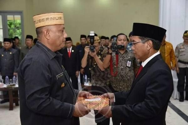 Gubernur Gorontalo Rusli Habibie (kiri) menyerahkan SK pelantikan kepada Sekdaprov Gorontalo Darda Daraba (kanan). - Dok. Humas Pemprov Gorontalo