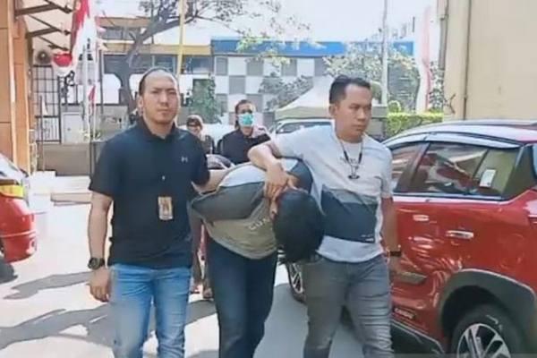 Kanit 3 Satuan Reserse Narkoba Polrestro Jakarta Barat, AKP Ahmad Ardhi (kanan), saat memimpin jalannya penangkapan tersangka pengedar narkoba di lingkungan kampus Jakarta Timur, Sabtu (27/7/2019). - Antara