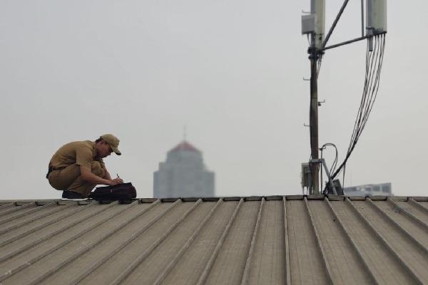 Salah satu petugas Unit Pelayanan Pajak dan Retribusi Daerah (UPRD) Tebet melakukan updating kondisi objek pajak secara langsung sebagai salah satu implementasi program pemprov DKI Jakarta menggenjot penerimaan pajak - Doc. Humas