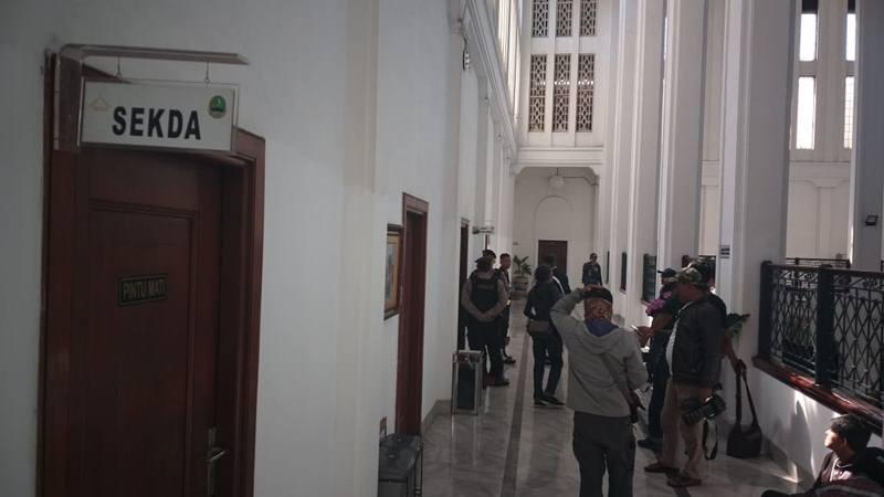 Suasana di depan ruangan Sekda Jabar yang tengah digeledah KPK, Rabu (31/7/2019). JIBI/Bisnis - Wisnu Wage Pamungkas