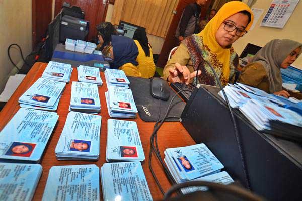 Petugas Dinas Kependudukan dan Catatan Sipil (Disdukcapil) mencetak KTP-el di Kantor Disdukcapil Kota Tasikmalaya, Jawa Barat, Selasa (24/10). - ANTARA/Adeng Bustomi