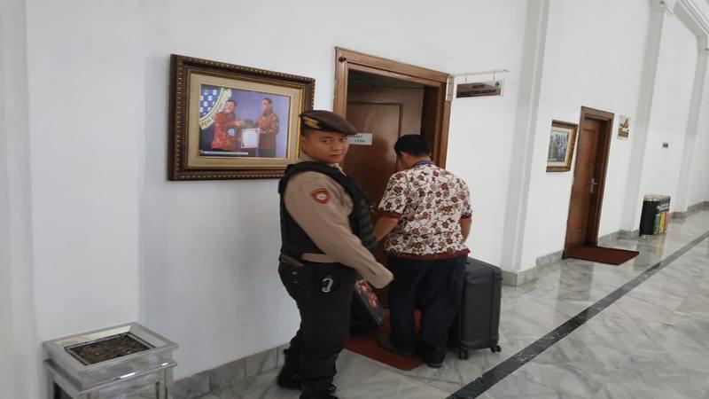 Petugas KPK menggeledah ruang kerja Sekda Jabar Iwa Karniwa, Rabu (31/7/2019) pagi. JIBI/Bisnis - Wisnu Wage Pamungkas