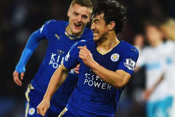 Shinji Okazaki (kanan depan) dan Jamie Vardy ketika mengantar Leicester City juara Liga Primer Inggris 3 tahun lalu. - The Guardian