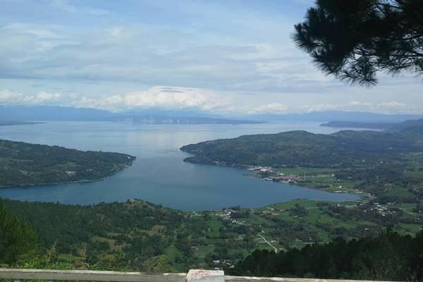 Danau Toba dilihat dari Geosite Sipinsur di Kabupaten Humbang Hasundutan, Sumatra Utara. - Bisnis/Nancy Junita