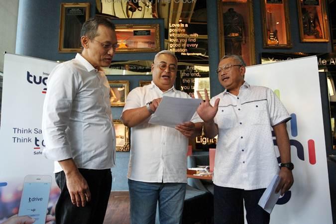 Presiden Direktur PT Asuransi Tugu Pratama Indonesia Tbk (Tugu Insurance) Indra Baruna (tengah) berbincang dengan Direktur Muhammad Syahid (kanan), dan Direktur Usmanshah di sela-sela halalbihalal dengan media, di Jakarta, Rabu (19/6/2019). - Bisnis/Dedi Gunawan