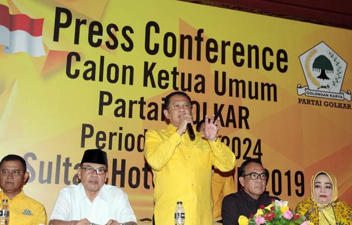 Wakil Koordinator Bidang Pratama DPP Partai Golkar Bambang Soesatyo (tengah) bersama Politikus Golkar Ali Yahya (kedua kiri) dan Anggota Dewan Pembina Partai Golkar Paskah Suzetta (kedua kanan) memberikan keterangan kepada wartawan saat mendeklarasikan dirinya maju sebagai calon ketua umum Partai Golkar periode 2019-2024, di Jakarta, Kamis (18/7/2019). - ANTARA/Reno Esnir