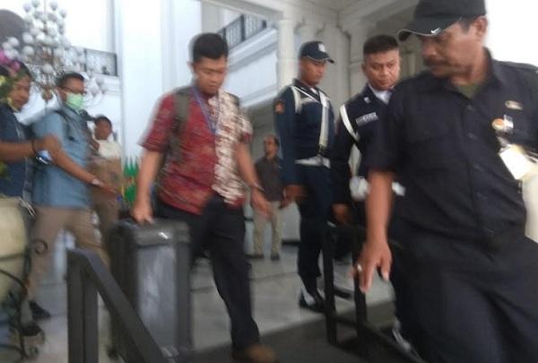Tim KPK meninggalkan Gedung Sate membawa koper besar hasil penggeledahan - Bisnis/Wisnu Wage