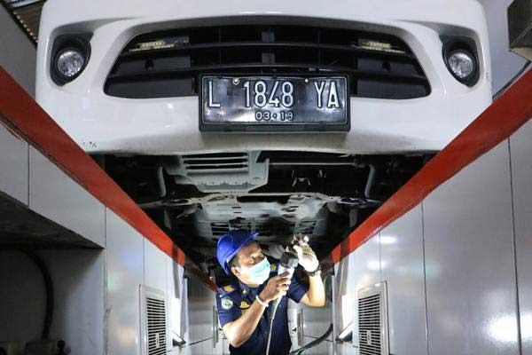 Petugas memeriksa kendaraan angkutan daring yang mengikuti uji KIR gratis di Unit Pelaksana Teknis Daerah (UPTD) Pengujian Kendaraan Wiyung Surabaya, Surabaya, Jawa Timur, Kamis (8/3/2018). - ANTARA/Didik Suhartono