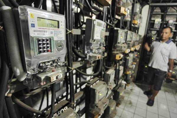 Warga memeriksa jaringan listrik miliknya di salah satu Rusun di Jakarta, Rabu (5/7). - ANTARA/Muhammad Adimaja
