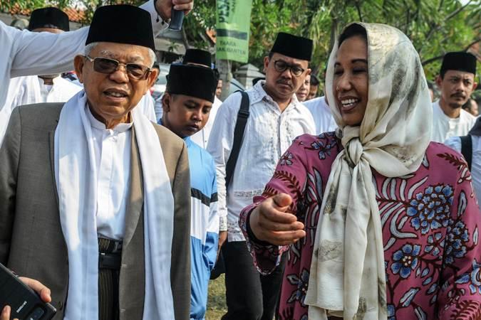 Cawapres nomor urut 01 KH Ma'ruf Amin (kiri) berbincang dengan Menteri BUMN Rini Soemarno (kanan) saat akan menghadiri Haul Syekh Nawani Albantani di Ponpes An Nawawi di Tanara, Serang, Banten, Jumat (28/6/2019). - ANTARA/Muhammad Bagus Khoirunas