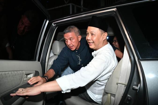 Syafruddin Arsyad Temenggung (kedua kanan) meninggalkan Rutan Kelas 1 Jakarta Timur Cabang Rutan KPK, Jakarta, Selasa (9/7/2019). - ANTARA/Sigid Kurniawan