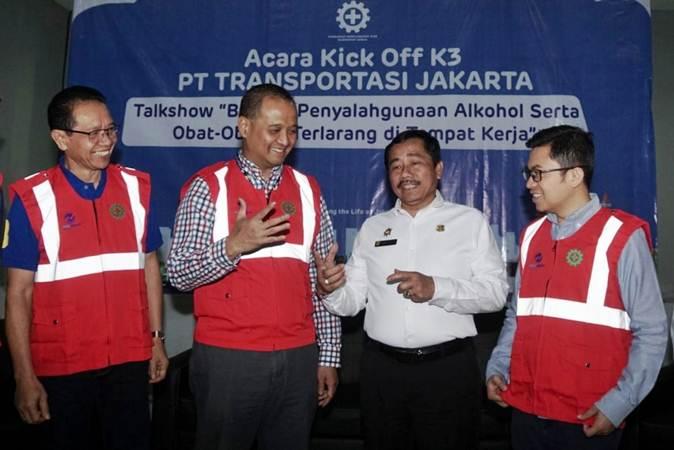 Direktur Utama Perum Pengangkutan Penumpang Djakarta (PPD) Pande Putu Yasa (dari kiri) berbincang dengan Dirut TransJakarta, Agung Wicaksono, Kepala Bidang Pengawasan Ketenagakerjaan Dinas Tenaga Kerja dan Transmigrasi DKI Jakarta, Khadik Triyanto, dan Direktur Keuangan TransJakarta Welfizon Yuza di sela-sela penandatanganan kick off komitmen TransJakarta terhadap keselamatan dan kesehatan kerja serta lingkungan (K3L), di Jakarta, Jumat (26/7/2019). - Bisnis/Himawan L Nugraha