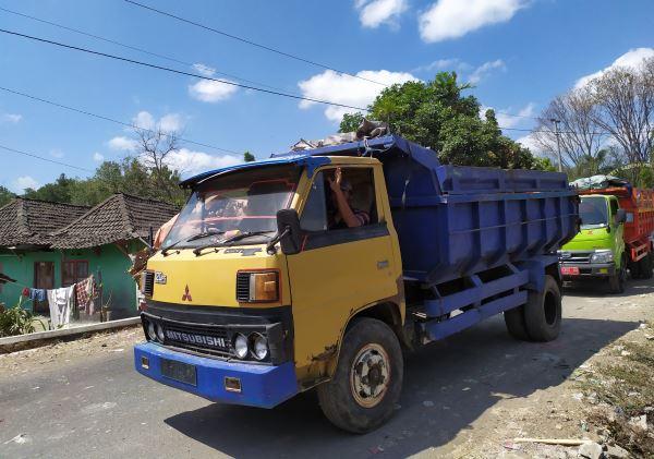 Antrean truk di TPST Piyungan akibat blokade pintu masuk oleh warga yang menuntut kompensasi tunai. - Harian Jogja/Kiki Luqmanul Hakim