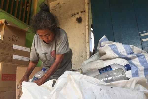 Inaq Sahnun, nenek pemulung yang mampu beli sapi kurban berkat mengumpulkan uang selama 5 tahun. - Antara