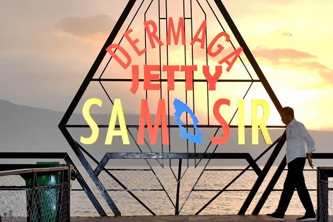 Presiden Joko Widodo mengunjungi Dermaga Jetty Samosir di kawasan Pantai Pasir Putih, Samosir, Sumut, Selasa (30/7/2019). - ANTARA/Akbar Nugroho Gumay