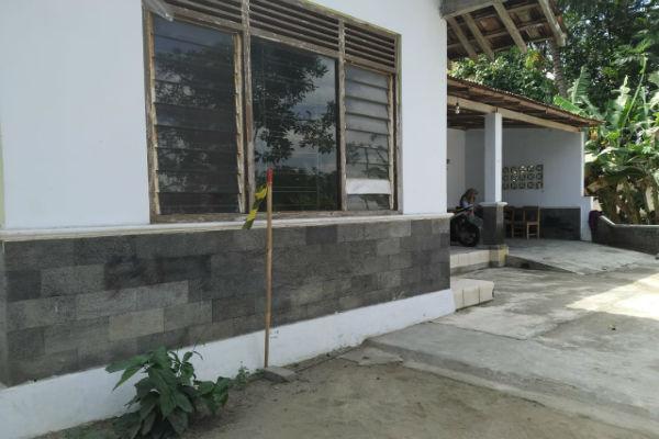 Salah satu patok dari kayu di depan rumah milik warga di Dusun Senden, Desa Sumberadi, Kecamatan Mlati, Rabu (31/7/2019). - Harian Jogja/Yogi Anugrah