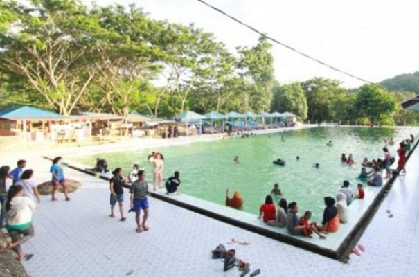 Pengunjung menikmati fasilitas kolam di objek wisata alam Lombongo, Kabupaten Bone Bolango, Gorontalo. - Antara
