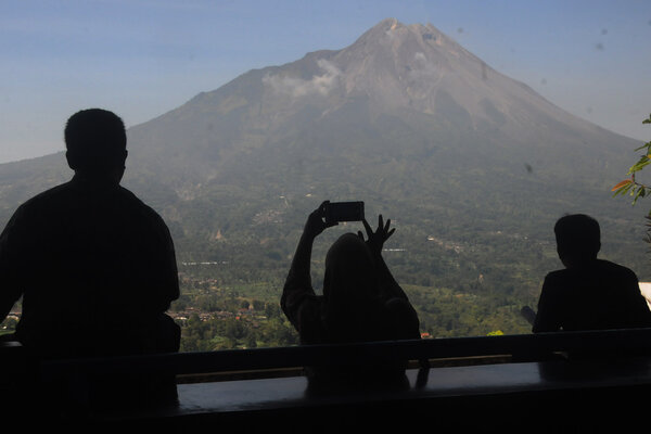 Warga melihat pemandangan Gunung Merapi di kawasan Magelang, Jawa Tengah, Kamis (20/6/2019). Berdasarkan pengamatan Balai Penyelidikan dan Pengembangan Teknologi Kebencanaan Geologi (BPPTKG), terjadi guguran awan panas dengan durasi 120 detik dengan jarak luncur 1.200 m ke arah hulu kali Gendol pada pukul 09:17 WIB. - Antara/Aloysius Jarot Nugroho