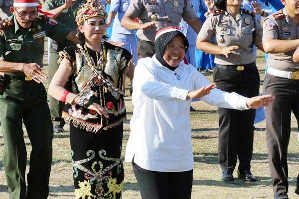 Wali Kota Surabaya Tri Rismaharini mengikuti senam Maumere bersama, di Tugu Pahlawan, Surabaya, Jawa Timur, Minggu (13/8). - ANTARA/Didik Suhartono