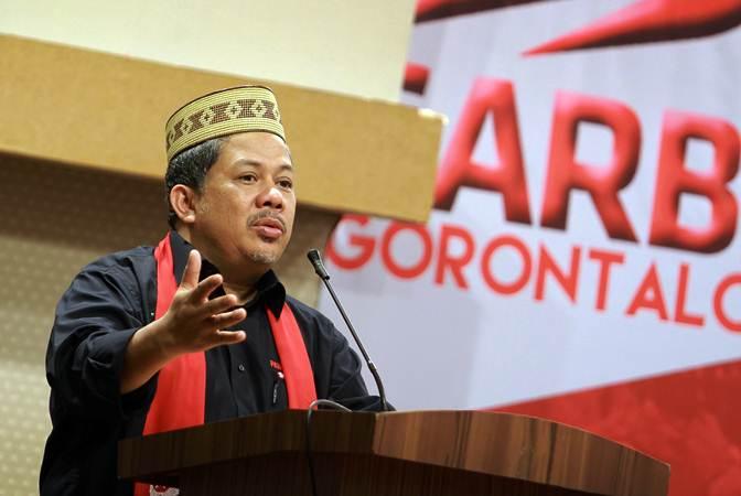 Wakil Ketua DPR Fahri Hamzah (kiri) memberikan sambutan pada kegiatan Orasi dan Dialog Kebangsaan Gerakan Arah Baru Indonesia (GARBI) di Kota Gorontalo, Gorontalo, Minggu (10/2/2019). - ANTARA FOTO/Adiwinata Solihin