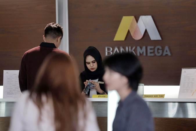 Karyawan melayani nasabah di kantor cabang PT Bank Mega Tbk (MEGA), di Jakarta, Selasa (2/7/2019). - Bisnis/Nurul Hidayat