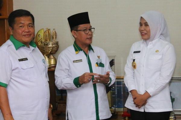 Wakil Walikota Palembang Fitrianti Agustinda (dari kanan) berbincang dengan Ketua Baznas Kota Palembang, Saim Marhadan. Istimewa