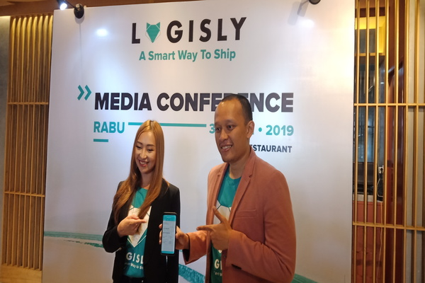 Co-Founder dan CEO Logisly Roolin Njotosetiadi dan Co-Founder dan Chief Technology Officer (CTO) Robbi Baskoro saat konferensi pers peluncuran Logisly, Rabu (31/7 - 2019).