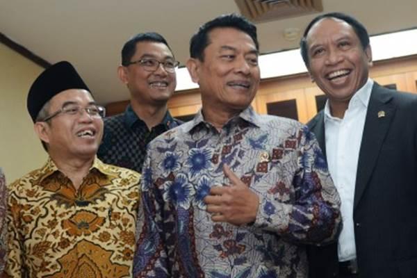 Kepala Kantor Staf Presiden Moeldoko (kedua kanan) berbicangan dengan Ketua Komisi II DPR Zainudin Amali (kanan), Ketua Unit Kerja Presiden Pembinaan Ideologi Pancasila Yudi Latif (kiri), dan Deputi I Kantor Staf Presiden Darmawan Prasodjo (kedua kiri) sebelum rapat dengar pendapat di Kompleks Parlemen, Senayan, Jakarta, Rabu (7/2/2018). - Antara/Akbar Nugroho Gumay